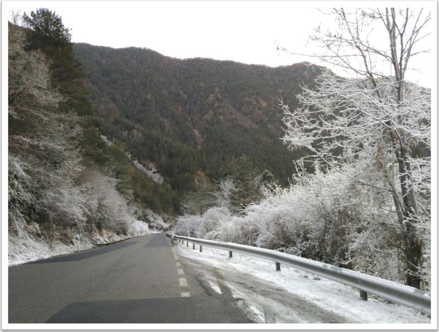 Carretera de salida del Valle de Benasque esta misma semana.